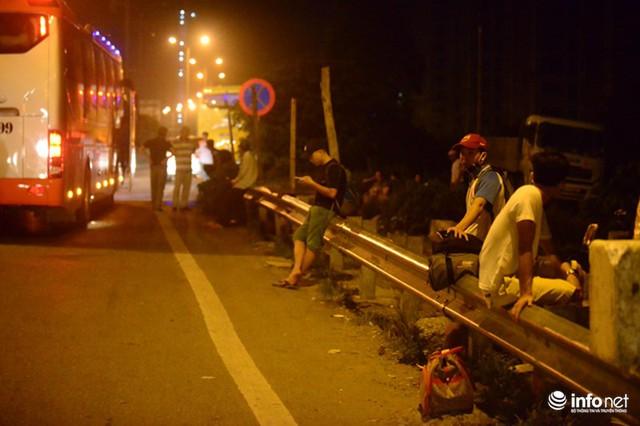 Hà Nội: Vạ vật đến nửa đêm vẫn không bắt nổi xe khách về quê nghỉ lễ 2/9 - Ảnh 9.