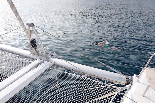 Thảnh thơi trên chiếc du thuyền sang trọng đi dọc bờ biển Hy Lạp.