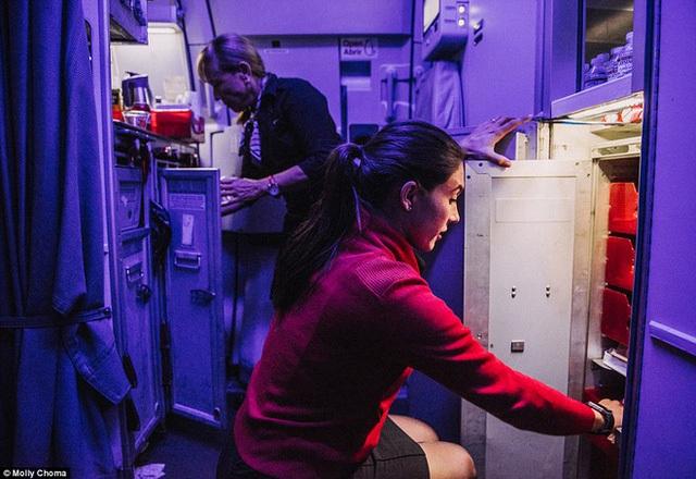 Chùm ảnh: Cuộc sống bí ẩn của các tiếp viên hàng không ở độ cao hơn 9.000m - Ảnh 9.