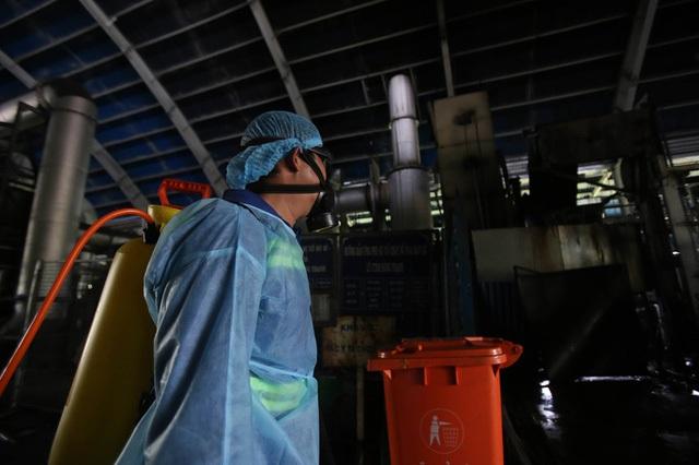 Tiếp cận lò tiêu hủy hàng ngàn con heo bị tiêm thuốc an thần - Ảnh 9.
