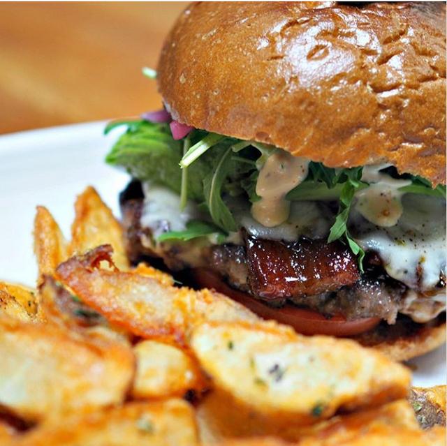 Thịt xông khói triệu phú cũng có thể được phục vụ kèm bánh humberger với giá 21 USD.