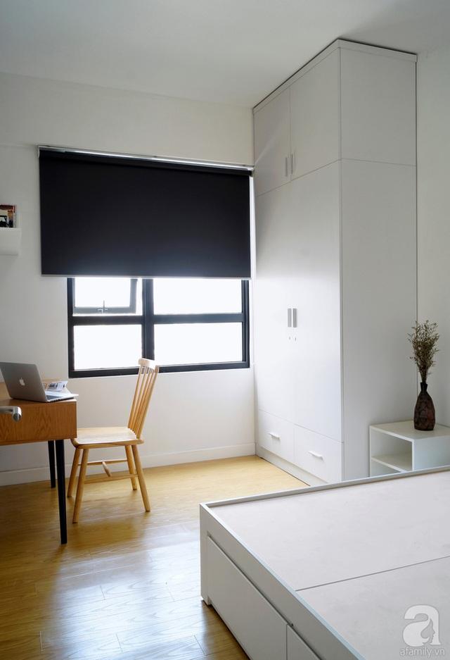 Phòng ngủ đơn giản nhưng ấm cúng với sàn gỗ, nội thất đồng bộ.