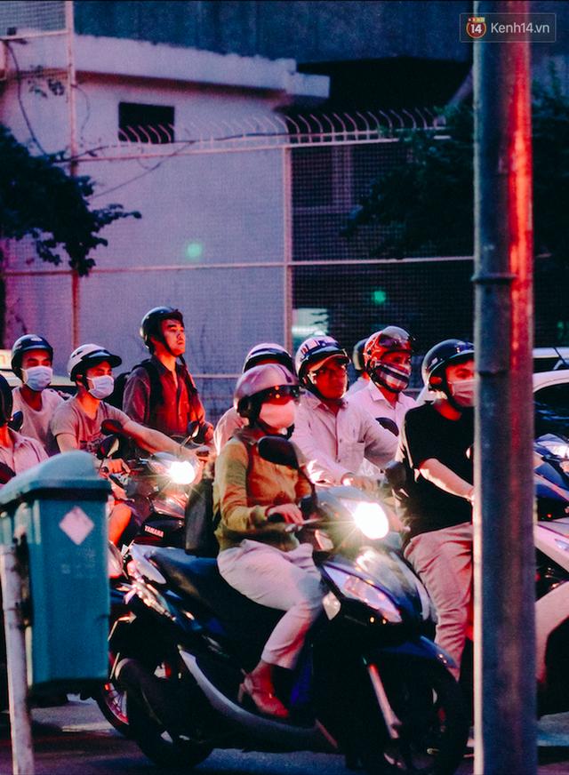Có những ngả đường chỉ đông đúc, nhưng cũng có những điểm đen giao thông luôn kẹt cứng hàng giờ - chỉ cần là từ 6 giờ tối trở đi, bất kể ngày nào (trừ cuối tuần). Kẹt xe là đặc sản của Sài Gòn!