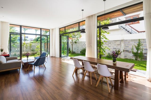 Khu vực này có thiết kế tường kính mở giúp kết nối với thiên nhiên bên ngoài.