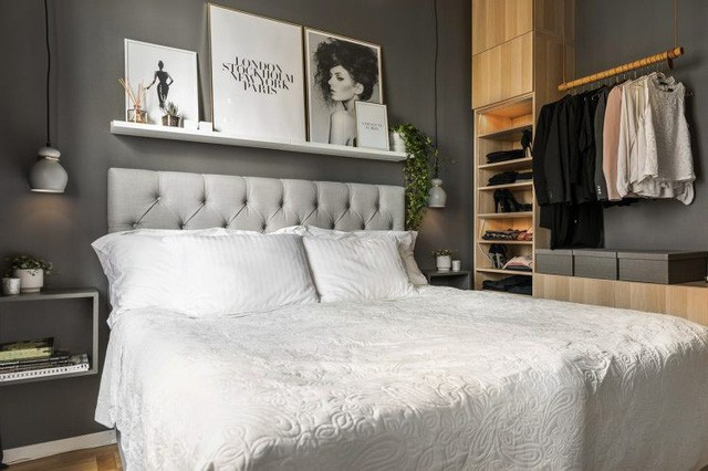 Không lựa chọn nhiều tông màu trắng sáng như như khu bếp và phòng khách, nơi nghỉ ngơi lại được thiết kế nhẹ nhàng mát dịu với tông màu nâu đen tạo không gian yên tỉnh, dễ ngủ cho chủ nhân. Hệ thống tủ kệ nhiều ngăn vô cùng thuận tiện và thỏa mãn mọi nhu cầu trữ đồ cho cô chủ.