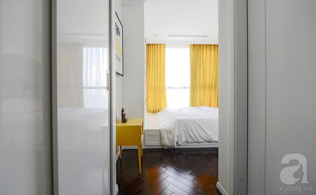 Bộ rèm và tủ màu vàng là điểm nhấn đẹp mắt cho căn phòng.