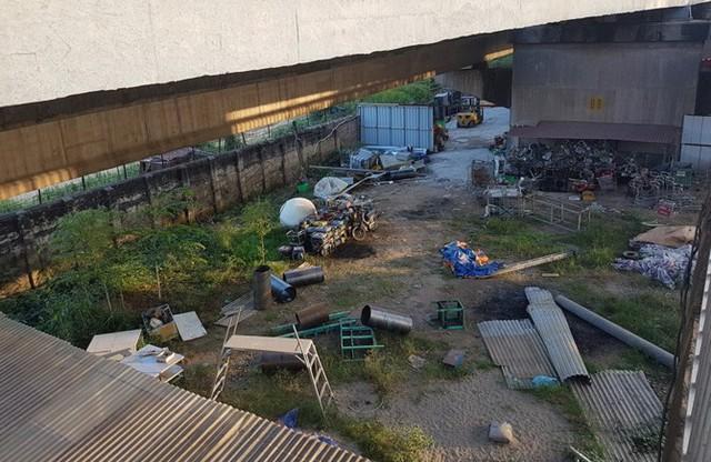 Kho chứa hàng liền kề với khu vực bày bán cũng rộng đến cả trăm mét vuông. Ảnh: PV.