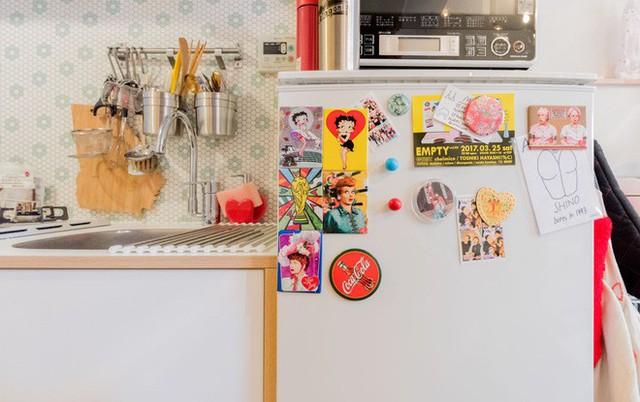 Những miếng decal dán màu sắc giúp căn bếp thêm xinh xắn.