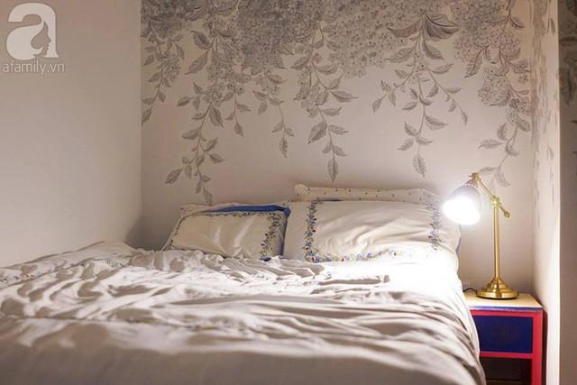 Phòng ngủ nhỏ nhưng đáng yêu với những bức tường vẽ tinh tế.