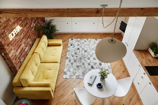 Nhìn từ trên gác xép, không gian chính của căn hộ gác mái đẹp như một bức tranh.