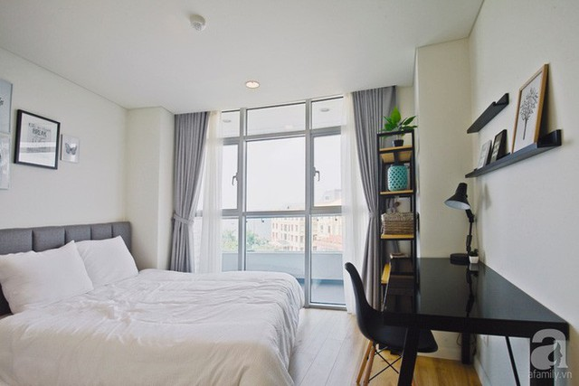 Bàn làm việc được bố trí khéo léo ở góc đối diện với giường ngủ. Không gian nghỉ ngơi thêm chức năng nhưng vẫn giữ được sự gọn gàng và thoáng đãng.