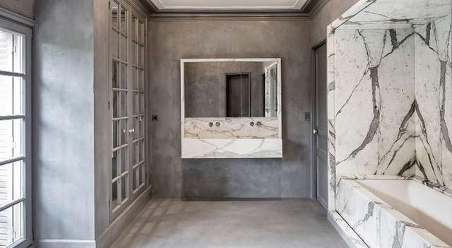 Khác với bình thường, phòng tắm của ngôi nhà gỗ này sử dụng màu trung tính với cách lát đá hoa cương màu ngọc bích nhẹ nhàng ở bồn tắm, bồn rửa.