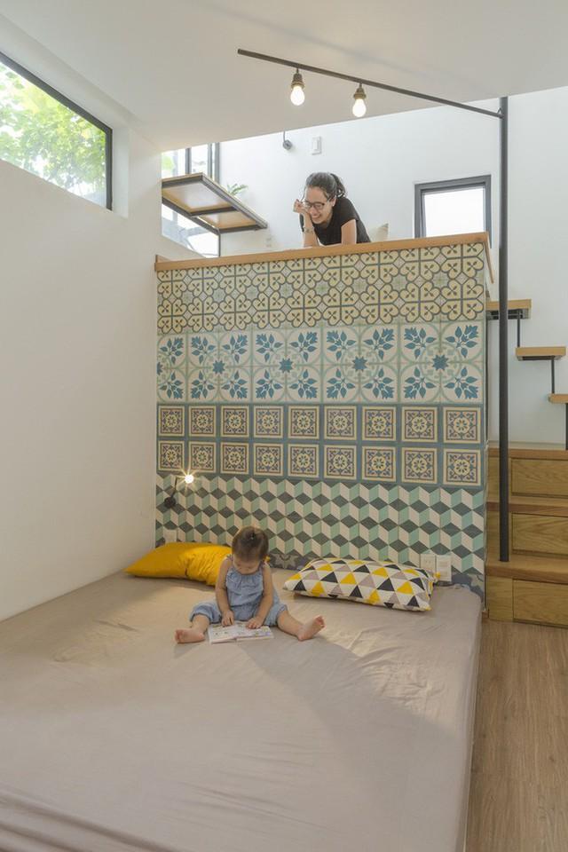Phòng ngủ của vợ chồng chủ nhà được đưa lên gần phòng đọc sách và sân thượng.