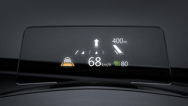 Màn hình màu hiển thị thông tin trên kính chắn gió Active Driving Display chỉ có trên một số bản trang bị của Mazda3 2017.