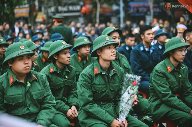 Chú tân binh sư đoàn 308 quân đoàn 1 này cầm hoa valentine bạn gái tặng
