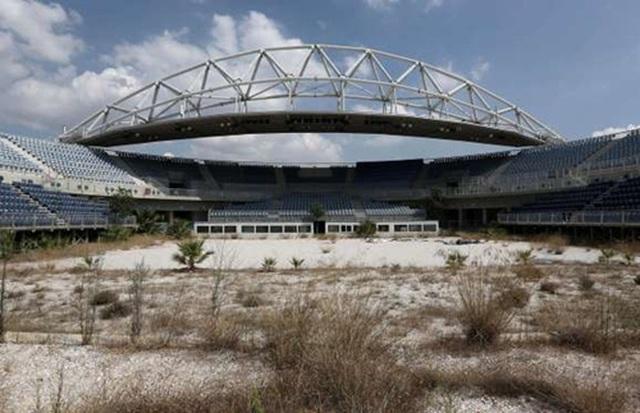 Sân vận động Olympics, Hy Lạp: 9 tỷ USD Các công trình thể thao phục vụ Thế vận hội Olympic 2004 tiêu tốn của Hy Lạp 7 tỷ USD (tương đương 9 tỷ USD hiện nay) và góp phần kéo sụp cả nền kinh tế mà hiện nay vẫn chìm trong khủng hoảng của nước này. Tới nay, hầu như tất cả các công trình này đều bị bỏ không, trong khi kinh tế Hy Lạp vẫn đứng bên bờ vực phá sản.