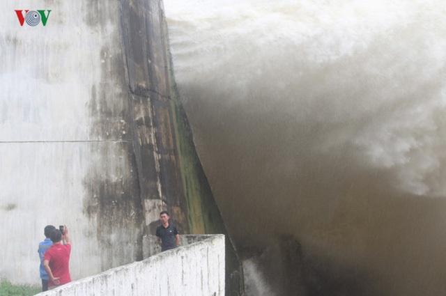 Tranh thủ chụp hình bên thác nước bất chấp nguy hiểm.