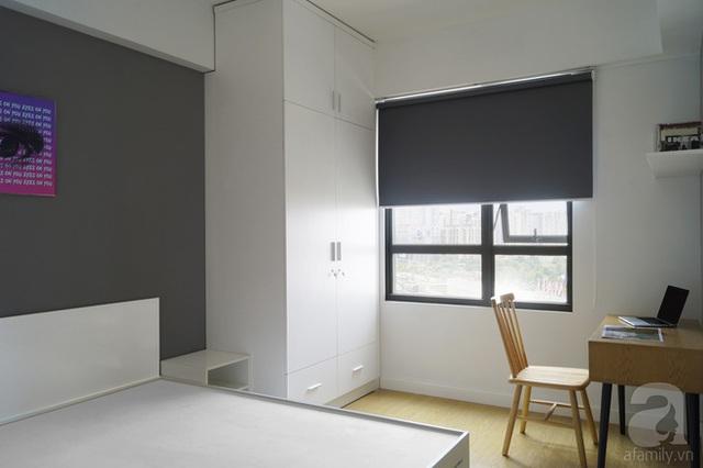 Tủ đồ cao sát trần, giường có ngăn chứa đồ giúp phòng ngủ dù không lớn vẫn có đủ không gian lưu trữ.