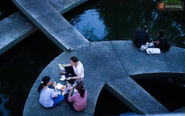 Ở khu vực Hồ con rùa, từ 6 giờ tối trở đi là khoảng thời gian nhiều xe hàng rong, quà vặt đổ về. Sinh viên các trường Đại học gần đó cũng đến đây để ăn hàng rong thay cho bữa cơm chiều.