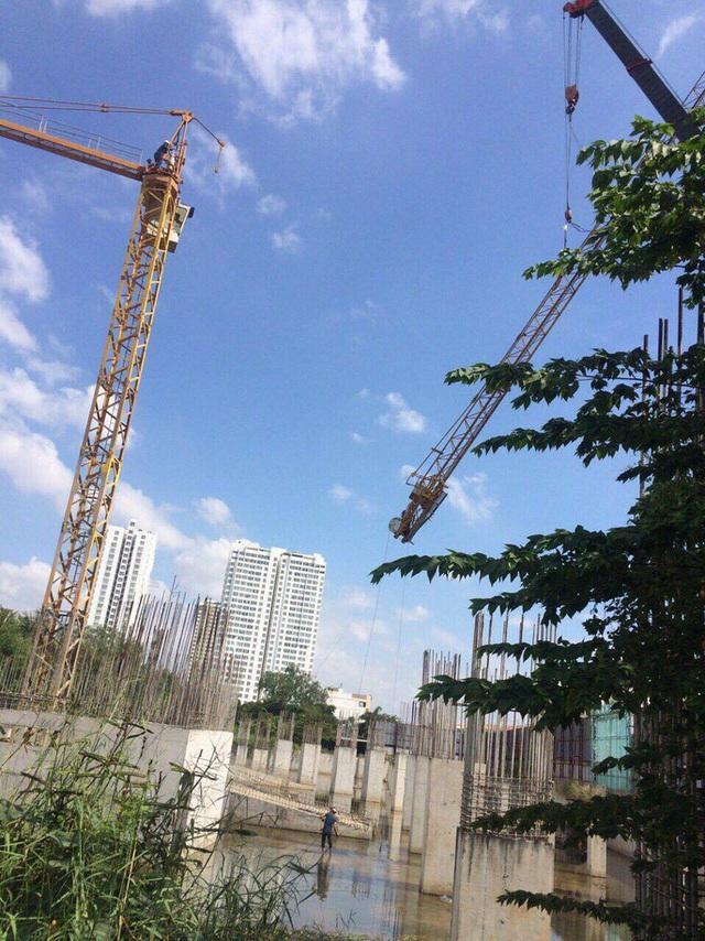 Dự án chỉ mới xây được phần móng cọc. Nhiều đơn vị cung cấp chất liệu xây dựng vẫn bị chủ đầu tư nợ tiền. Ảnh: Sơn Nhung