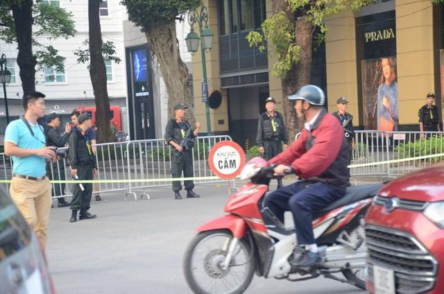 Cập nhật: Tổng thống Mỹ Donald Trump tới Hà Nội, an ninh thắt chặt tại các tuyến đường trung tâm - Ảnh 10.