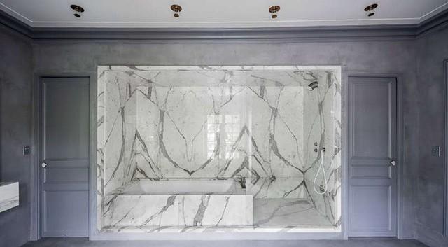 Với tường, cánh cửa sử dụng màu trầm cùng tông, bồn tắm lúc này hiện lên vô cùng nổi bật với sắc màu và cách thiết kế vô cùng dễ thương. Không gian tắm được khép kín vào riêng một góc, trong khi khu vệ sinh và bồn rửa tay nằm phía bên ngoài.