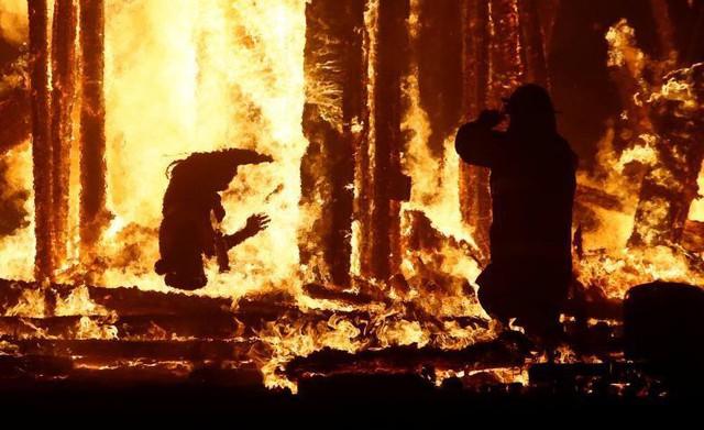 Một người tham gia lễ hội nghệ thuật và âm nhạc Burning Man tại Black Rock Desert của Nevada vào tháng 9 năm 2017 ngã vào ngọn lửa mang tên Man Burn sau khi trốn chạy những người kiểm lâm và nhân viên thực thi pháp luật.