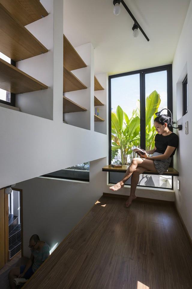 Góc đọc sách nhỏ nhưng hết sức thư giãn. Rõ ràng góc đọc sách nhỏ nhưng đẹp và mát thế này là điều ai cũng mong muốn trong một ngôi nhà.