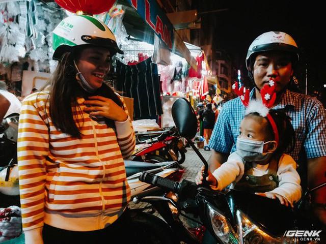 Đời sống qua lăng kính smartphone (Kỳ 1): Người dân Sài Gòn nô nức trang trí phố xá đón Noel đến gần - Ảnh 10.