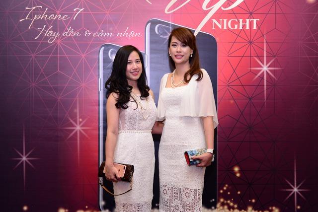 Bà Hoàng Ngọc Vy (bên phải) - Tổng giám đốc Viễn Thông A