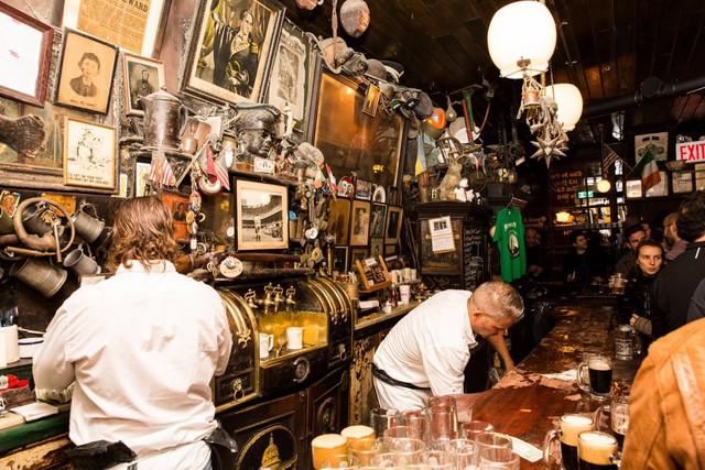 Rất nhiều tranh ảnh, đồ đạc cũ, bụi bặm thu thập sau ngần ấy năm kinh doanh được treo trên tường quán bar tạo nên một nét đặc sắc nghệ thuật không ở đâu có.