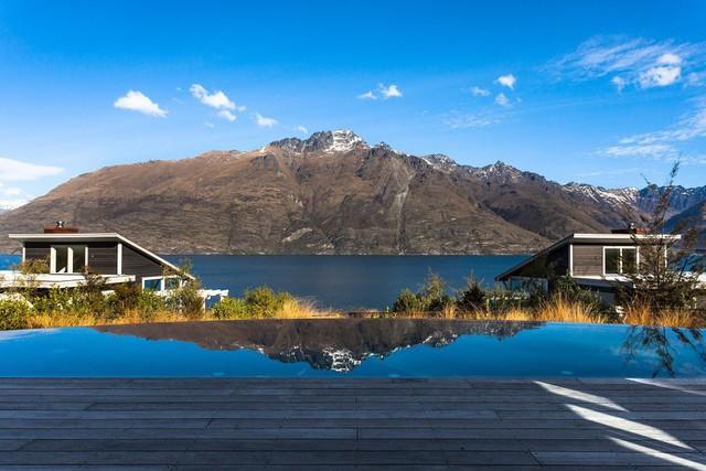 Du khách sẽ có cơ hội được ngắm nhìn rõ hơn toàn cảnh núi non sông nước tuyệt đẹp của Fiordland với một chuyến du ngoạn trên trực thăng.