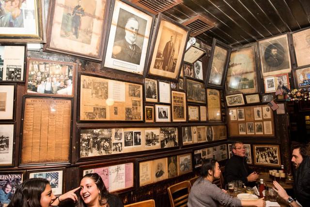Trên tường, quán treo rất nhiều bức ảnh đánh dấu những dấu mốc lịch sử đáng nhớ.