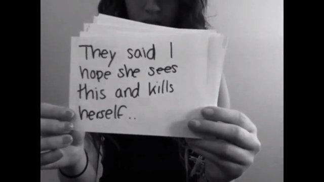 """Cô bé 15 tuổi Amanda Todd, đến từ Vancouver, Canada đã tự tử sau khi đăng tải 1 đoạn video thể hiện sự đau khổ khi bị 1 kẻ lừa đảo tung ảnh """"nóng"""""""