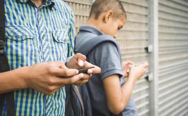 Cảnh báo ngay con bạn về việc lạm dụng smartphone: 7 tác hại nguy hiểm của điện thoại thông minh lên trẻ thành niên, trong có 'gây nguy cơ ung thư' - ảnh 2