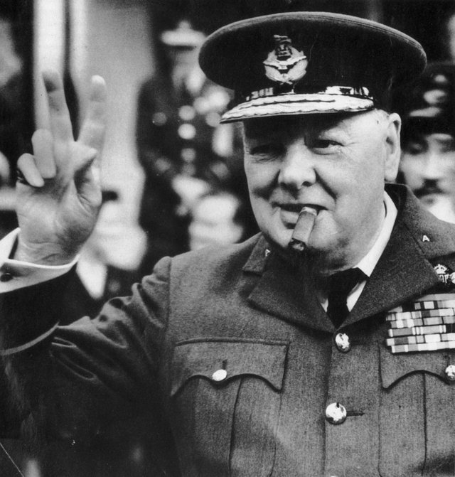 'Churchill giơ biểu tượng chiến thắng (chữ V - Victory) sau khi thế chiến II kết thúc'