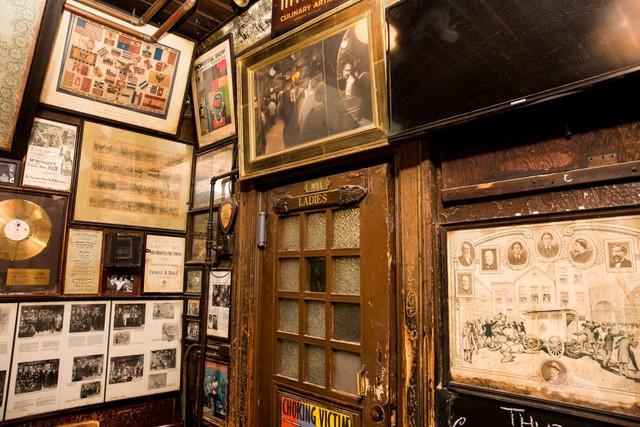 Phụ nữ không được phép vào quán bar này cho tới năm 1970 khi có một pháp lệnh của thành phố cấm phân biệt đối xử với phụ nữ ở những nơi công cộng.
