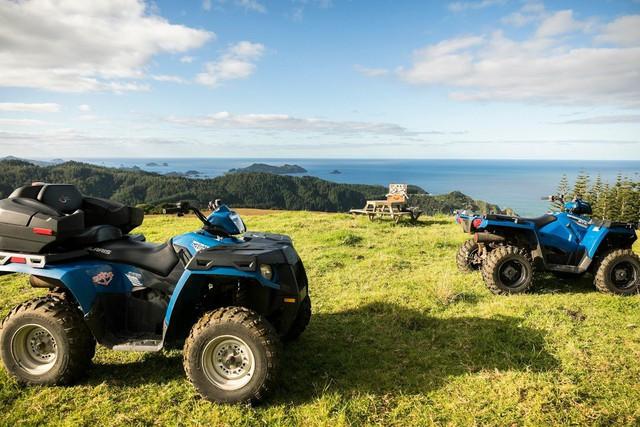 Du khách có thể lái xe quad-biking để đi khắm toàn bộ khu resort.