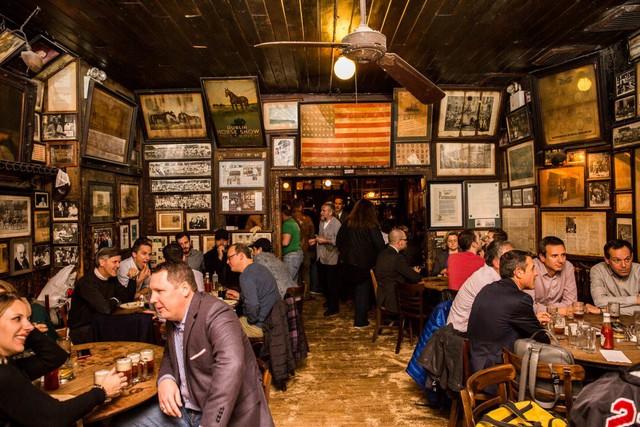 Các thực khách đến uống bia có thể ngồi xuống bất cứ bàn nào giữa những người lạ.