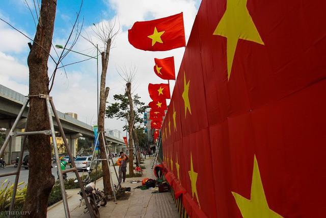 Cách cổ động U23 Việt Nam độc đáo của người Hà Nội: Nhuộm đỏ cả tòa nhà, đường phố, tổ chức tiệc bia miễn phí xem chung kết - Ảnh 2.