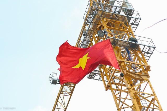 Cách cổ động U23 Việt Nam độc đáo của người Hà Nội: Nhuộm đỏ cả tòa nhà, đường phố, tổ chức tiệc bia miễn phí xem chung kết - Ảnh 3.