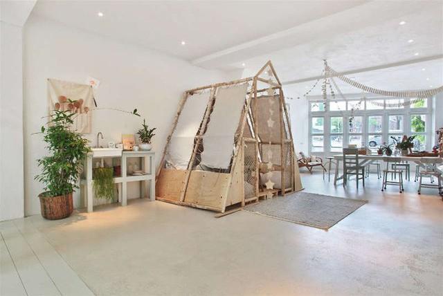 Ngôi nhà trắng đẹp như tranh vẽ với những góc nhà lung linh chẳng khác gì studio - Ảnh 4.
