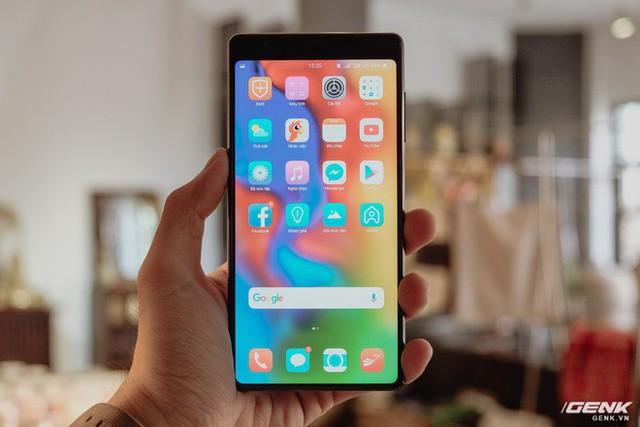 Đây là Bphone 3 có màn hình tràn đáy: Chiếc smartphone không cằm nhưng có trán thật là cao - Ảnh 2.