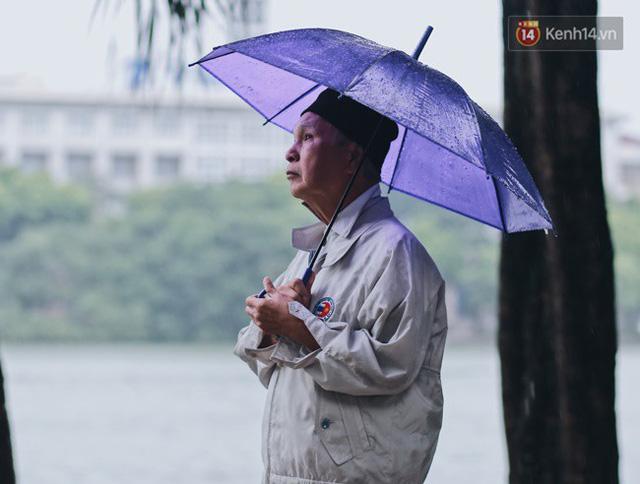 Chùm ảnh: Hà Nội đã có ngày đầu tiên đón gió lạnh đầu mùa thực sự! - Ảnh 24.
