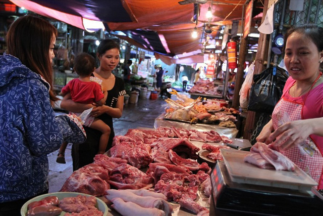 Giá thịt lợn đẩy lên quá cao, lợi nhuận vào túi ai? - Ảnh 1.