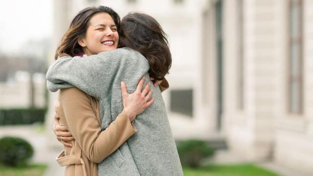 Gió mùa về, hãy cùng tìm hiểu 10 lợi ích sức khỏe khi bạn ôm một ai đó - Ảnh 3.