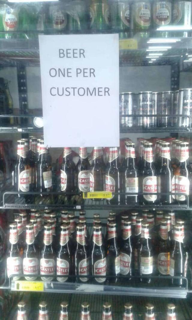 Zimbabwe: KFC và nhiều cửa hàng đồ ăn nhanh đóng cửa vì hết tiền mua thịt gà - Ảnh 1.