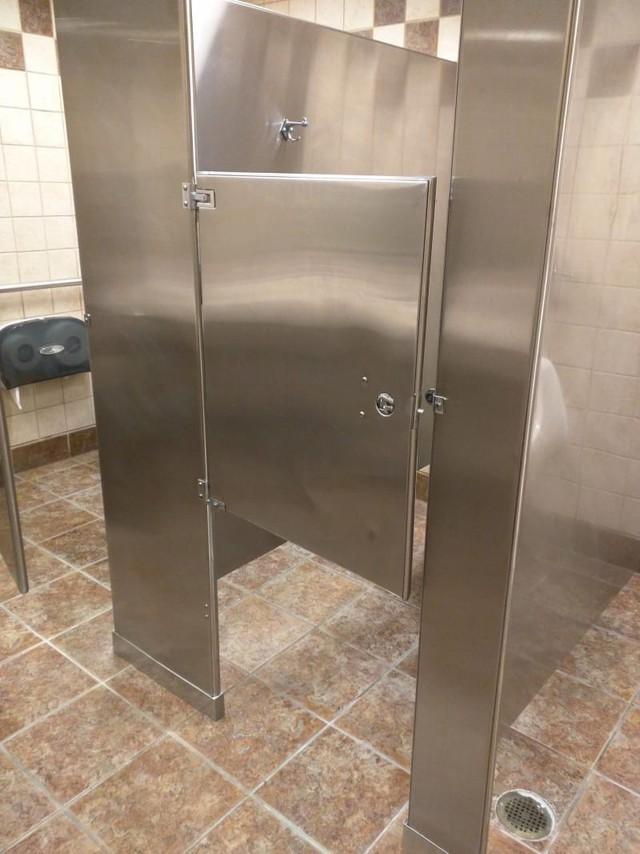 Chùm ảnh: Muôn hình vạn trạng những nhà vệ sinh có thiết kế xứng đáng được trao danh hiệu tệ nhất quả đất - Ảnh 2.