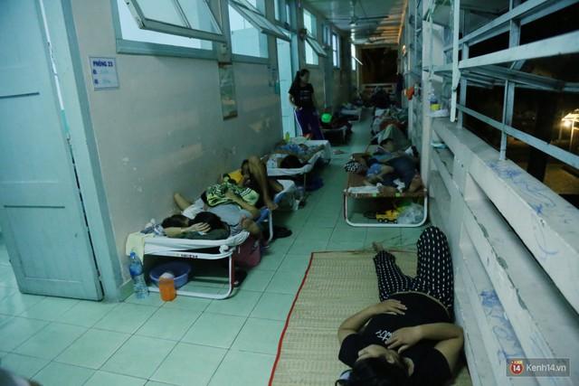 Đêm ở Bệnh viện Nhi Đồng mùa dịch: Khắp lối đi trở thành chỗ ngủ, nhiều gia đình chấp nhận nằm gần nhà vệ sinh bốc mùi - Ảnh 11.