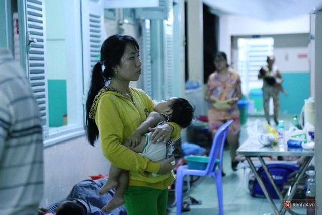 Đêm ở Bệnh viện Nhi Đồng mùa dịch: Khắp lối đi trở thành chỗ ngủ, nhiều gia đình chấp nhận nằm gần nhà vệ sinh bốc mùi - Ảnh 12.